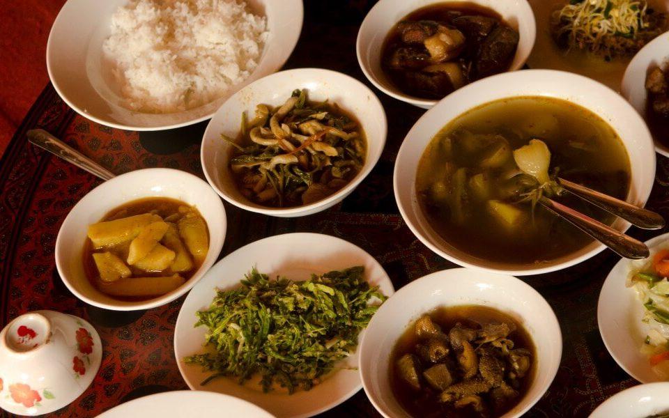 Lá trà (lahpet) lên men là món ăn được người dân yêu thích. Thậm chí, người dân còn có câu nói về loại đồ ăn này: Trong mọi loại trái cây, xoài là ngon nhất. Trong các loại thịt, thịt lợn là tốt nhất. Và trong mọi loại lá, lá trà là tuyệt nhất. Ảnh: Backyard travel