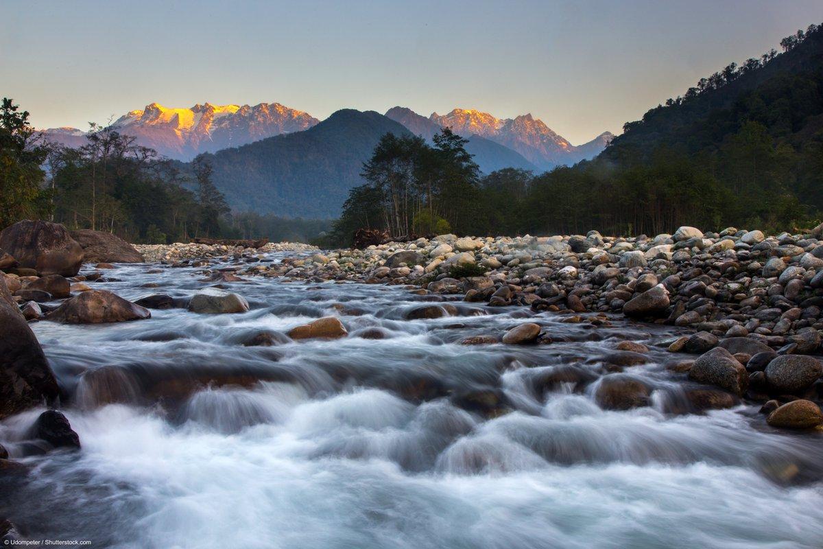 Du khách có thể tới thăm dãy Himalaya từ thị trấn Putao, bang Kachin nằm ngay chân núi. Từ Putao, bạn có thể đi bộ lên núi Phongun Razi, với độ cao gần 3.635 m. Khu vực này khó tiếp cận nên vẫn còn hoang sơ, nên du khách có thể bắt gặp các loài động vật hoang dã, phong lan quý hiếm. Ảnh: Udompeter/Shutterstock