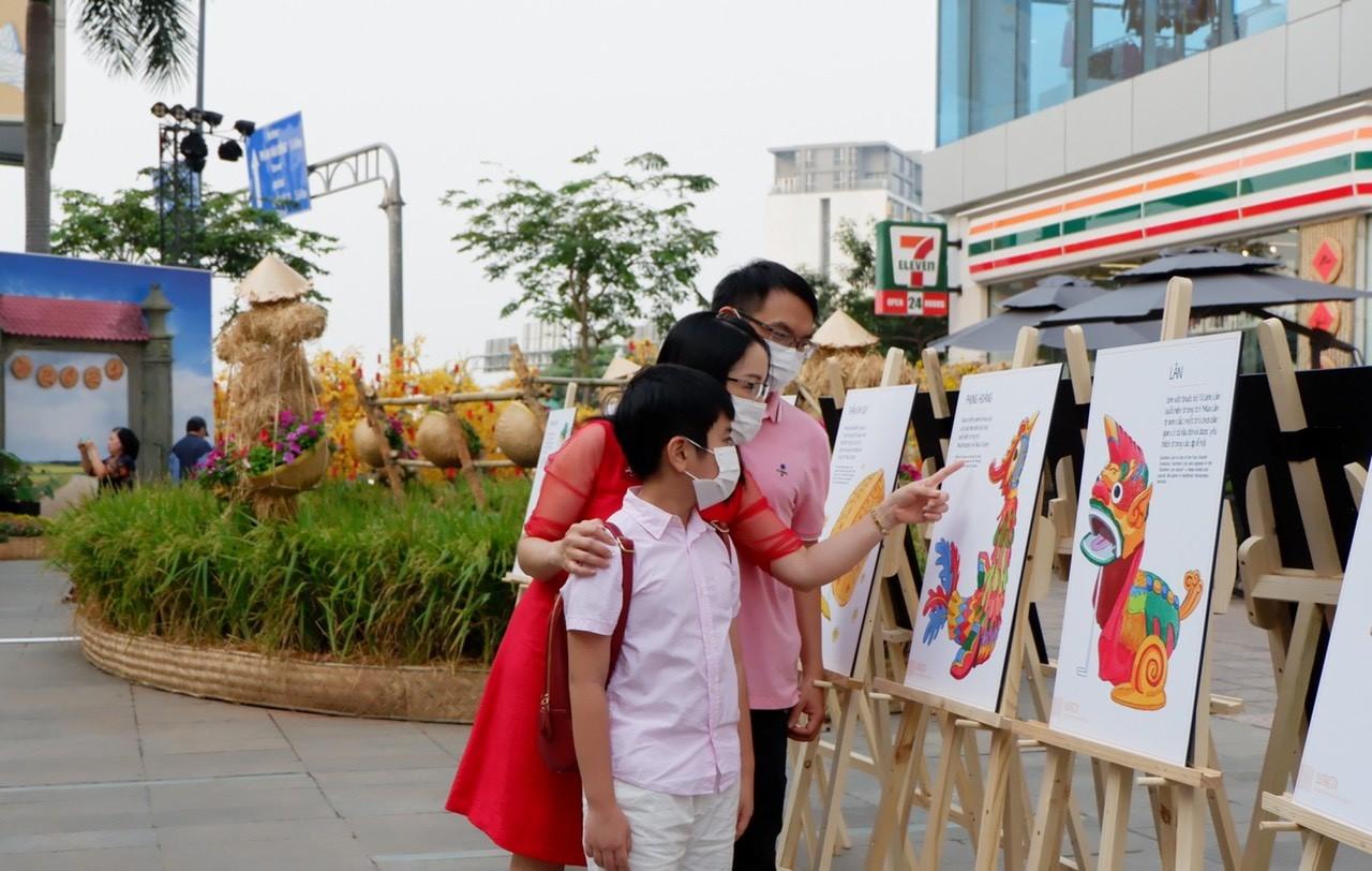 Không chỉ là những tiểu cảnh ngày Tết miền quê, đường hoa tại Menas Mall Saigon Airport còn có triển lãm Một phường rối nước. Tại đây, các câu chuyện về con rối được kể lại qua các bức tranh ảnh trực quan. Nhiều gia đình thích thú tìm hiểu và để con trẻ làm quen với nghệ thuật dân gian.