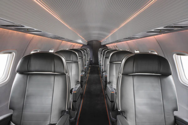Những chiếc máy bay màu đen bóng bẩy của hãng được trang bị nội thất xa hoa như thành ốp da lộn, hệ thống ánh sáng tinh tế, ghế da khâu thủ công của Italy. Ảnh: Aero