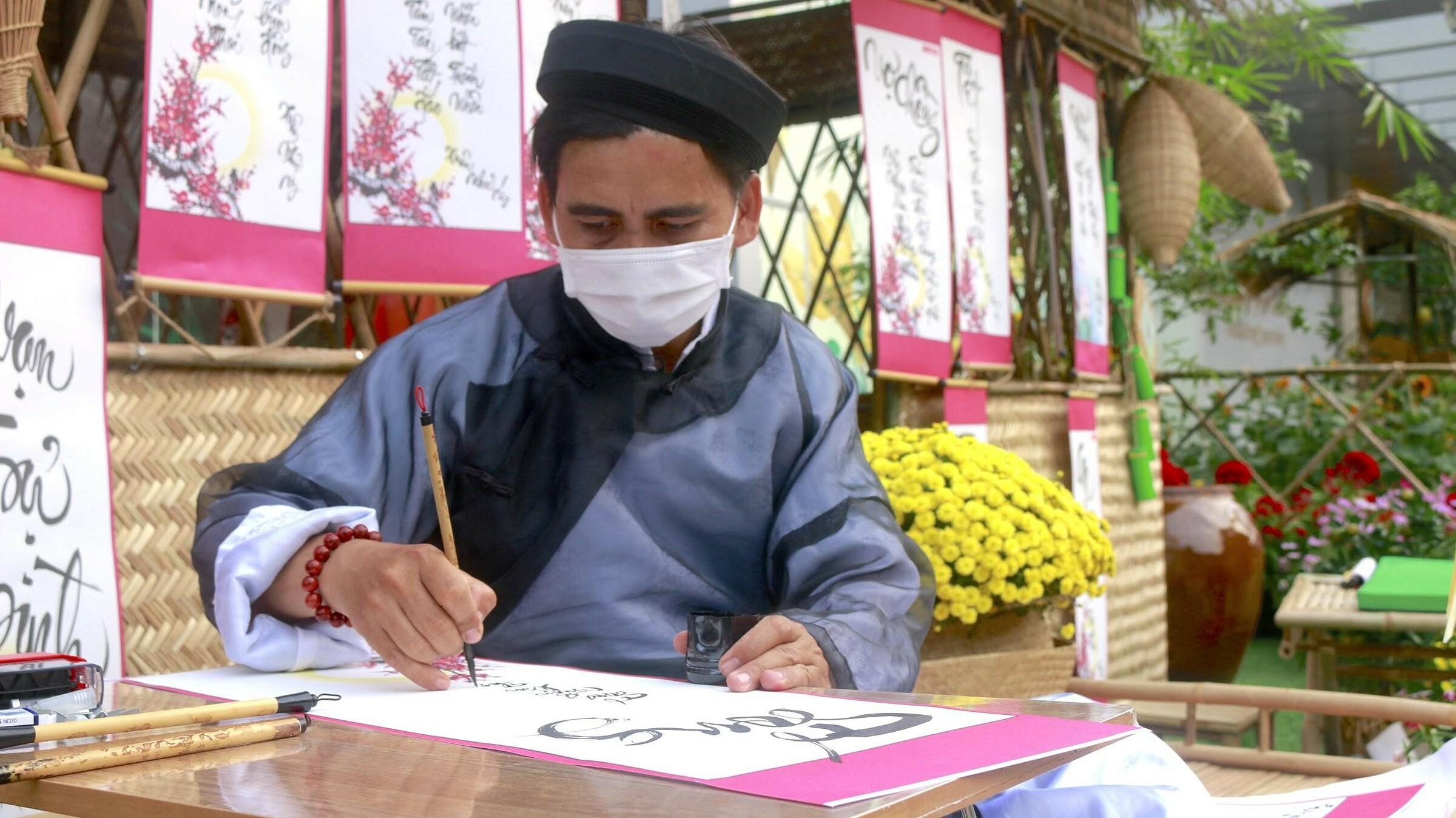 Hoạt động ông đồ cho chữ cũng là điểm nhấn của đường hoa. Nhiều người ghé xin chữ Bình An, An Khang, An Lạc... như lời cầu mong sau một năm nhiều biến động.
