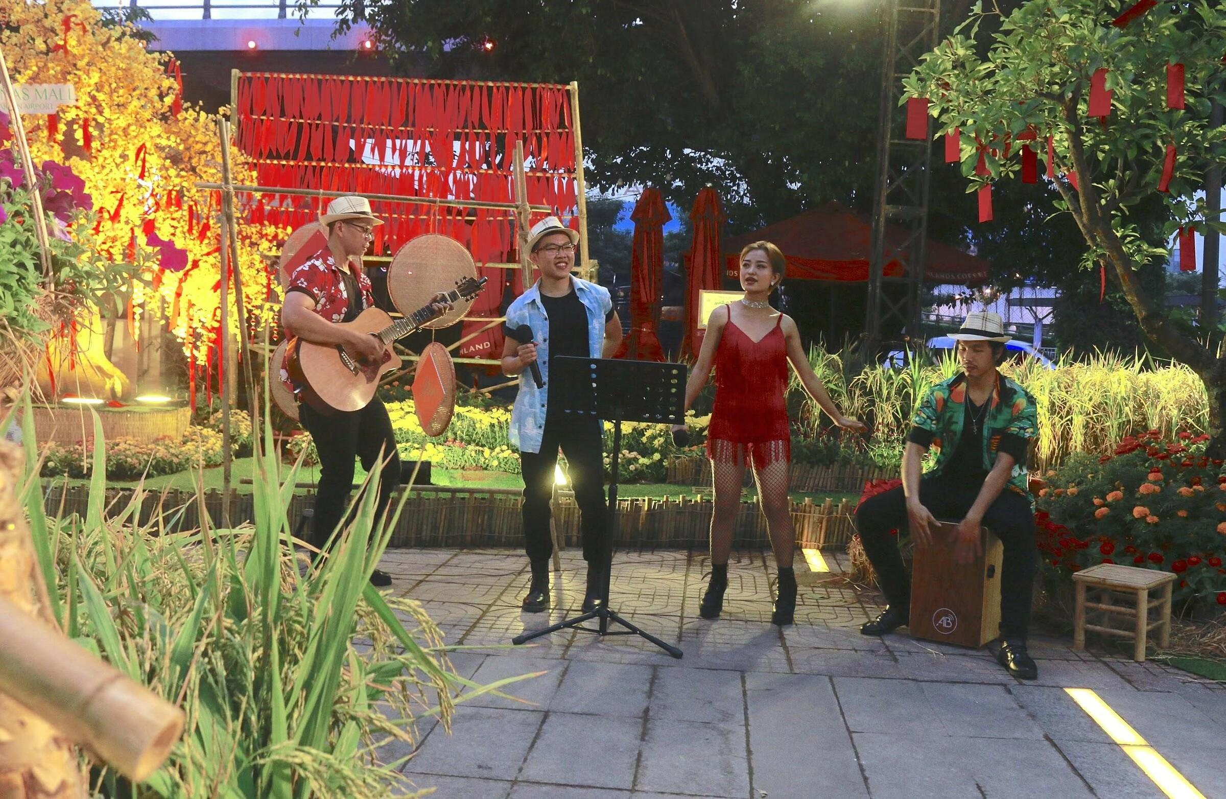 Màn đêm buông xuống cũng là lúc ban nhạc acoustic trình diễn những bài ca xuân phục vụ khách tham quan. Các tình khúc du dương lấy chủ đề năm mới như lời chúc gửi đến mọi người.