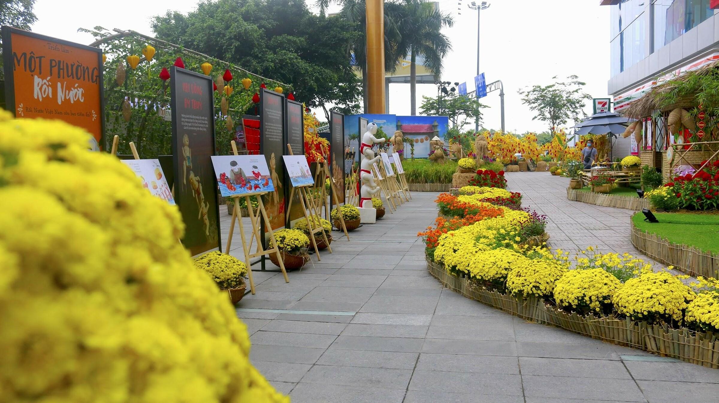Đường hoa Amazing Tết tại Menas Mall Saigon Airport vừa khai trương hồi cuối tháng 1 và sẽ mở cửa miễn phí tới ngày mùng 6 Tết Tân Sửu. Tại đây, trung tâm thương mại nằm ngay cửa ngỏ sân bay đã tái hiện bức tranh xuân quê ba miền qua nhiều tiểu cảnh thân thuộc.