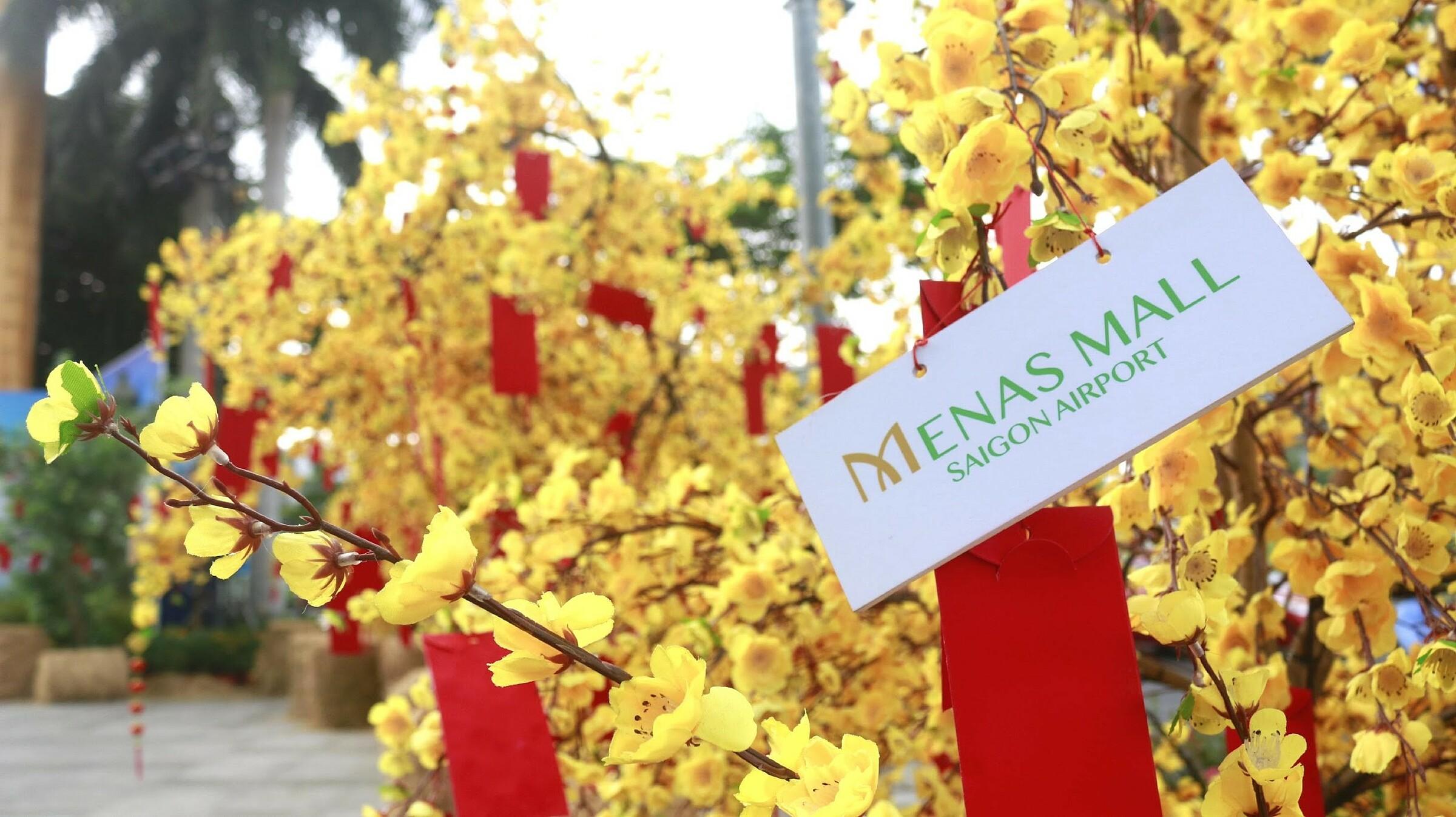 Đại diện Menas Mall Saigon Airport cho biết, năm nay có rất nhiều người dân không về quê đón Tết cùng gia đình vì phòng dịch, vì kế sinh nhai, vì khó khăn về tài chính... Dù lý do gì, với những ai ở lại Sài Gòn, nhớ người thân, nhớ thương không khí Tết cổ truyền thiêng liêng ở quê nhà là điều khôn nguôi trong những ngày này. Vì thế, việc tái hiện khung cảnh miền quê tại đường hoa là điều giúp an ủi phần nào những người con xa xứ.