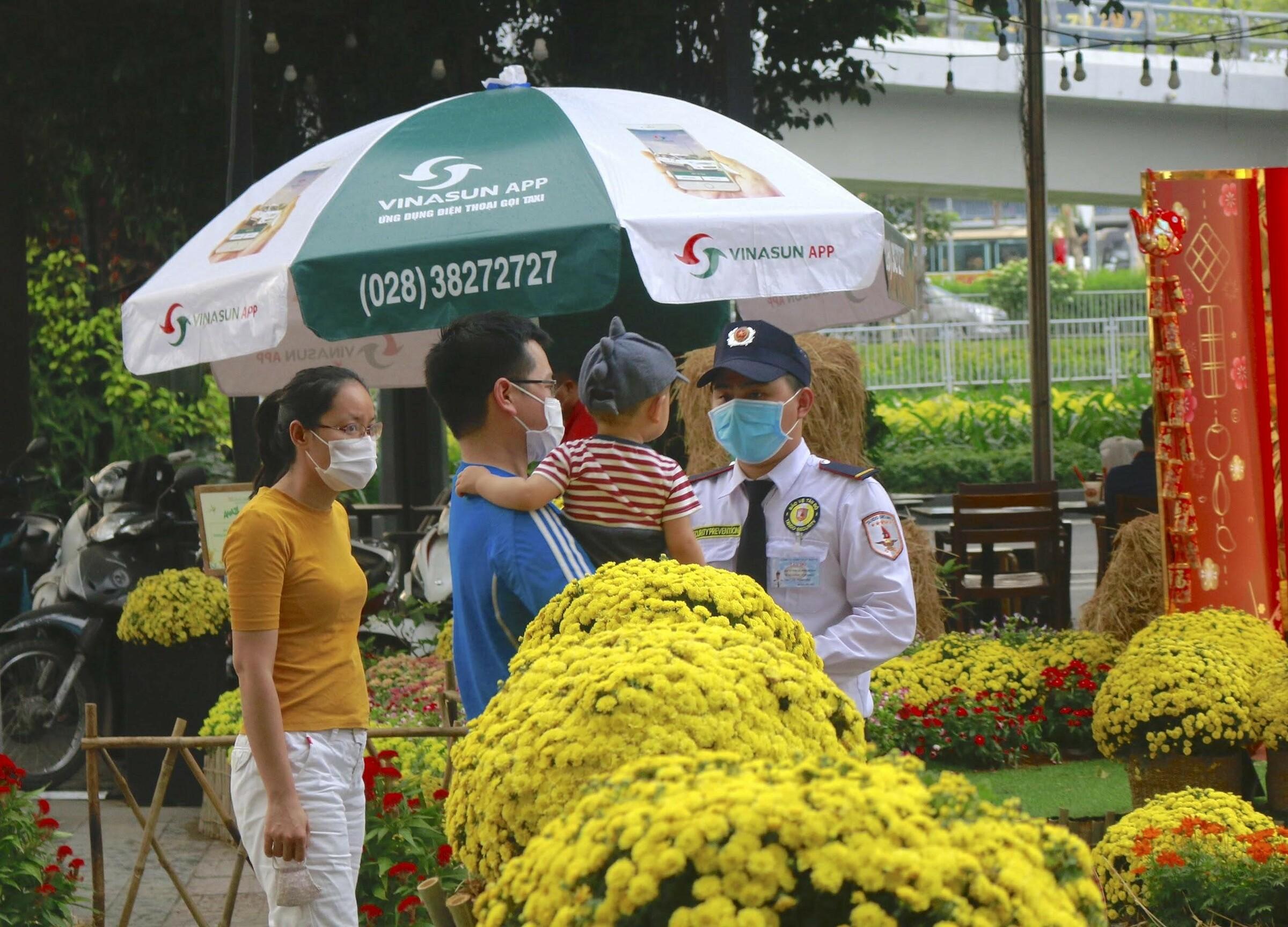 Để bảo đảm công tác phòng dịch, đường hoa luôn kiểm tra thân nhiệt những khách đến tham quan.