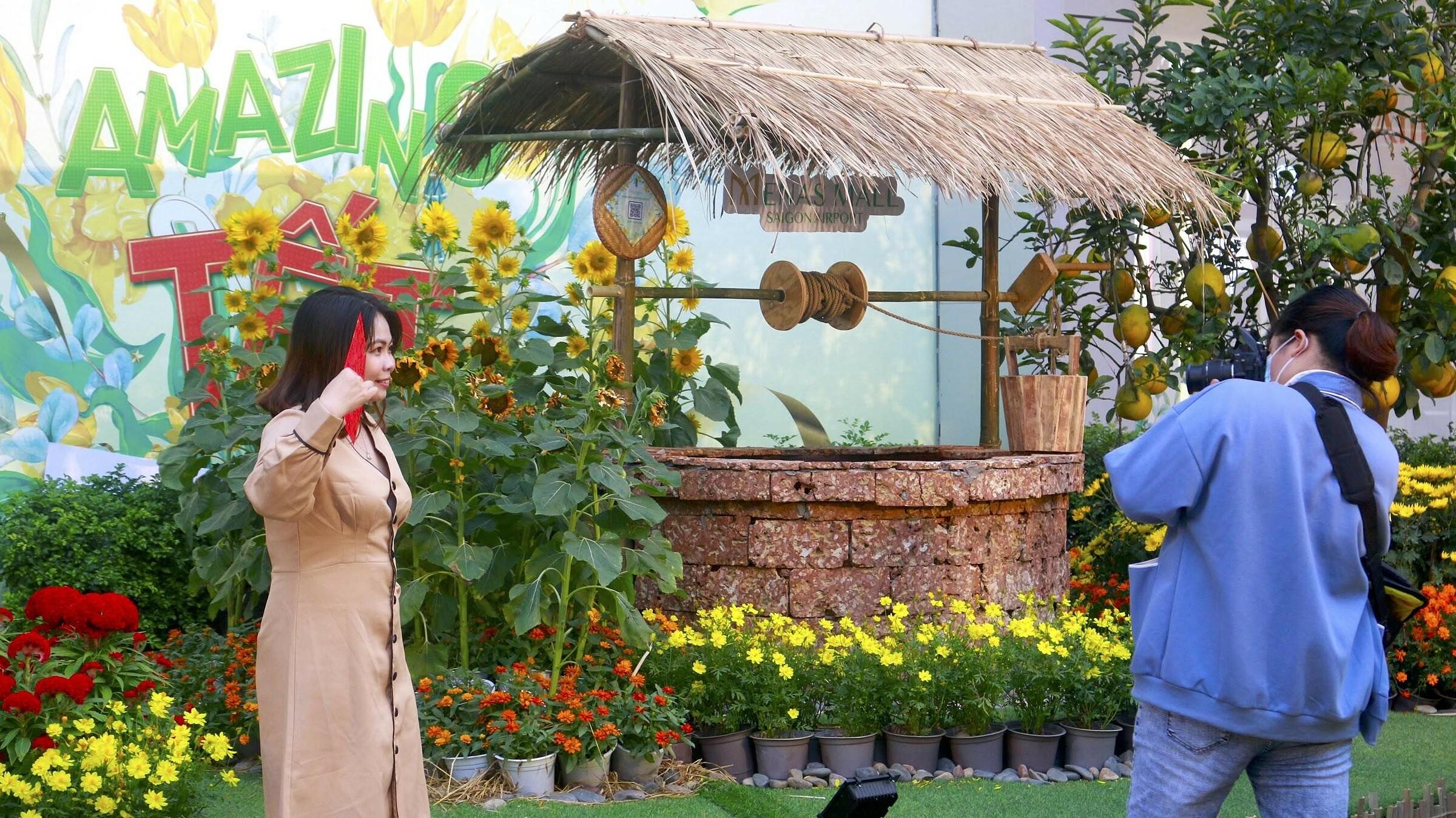 Giàn bí, giếng nước, cầu tre, cổng đình, ụ rơm... chính là những nét đẹp vùng quê hằng in trong tuổi thơ của mỗi người. Những tiểu cảnh thân thuộc có mặt giữa phố thị Sài Gòn cuối năm tấp nập dòng xe đã thu hút nhiều người đến chiêm ngưỡng.