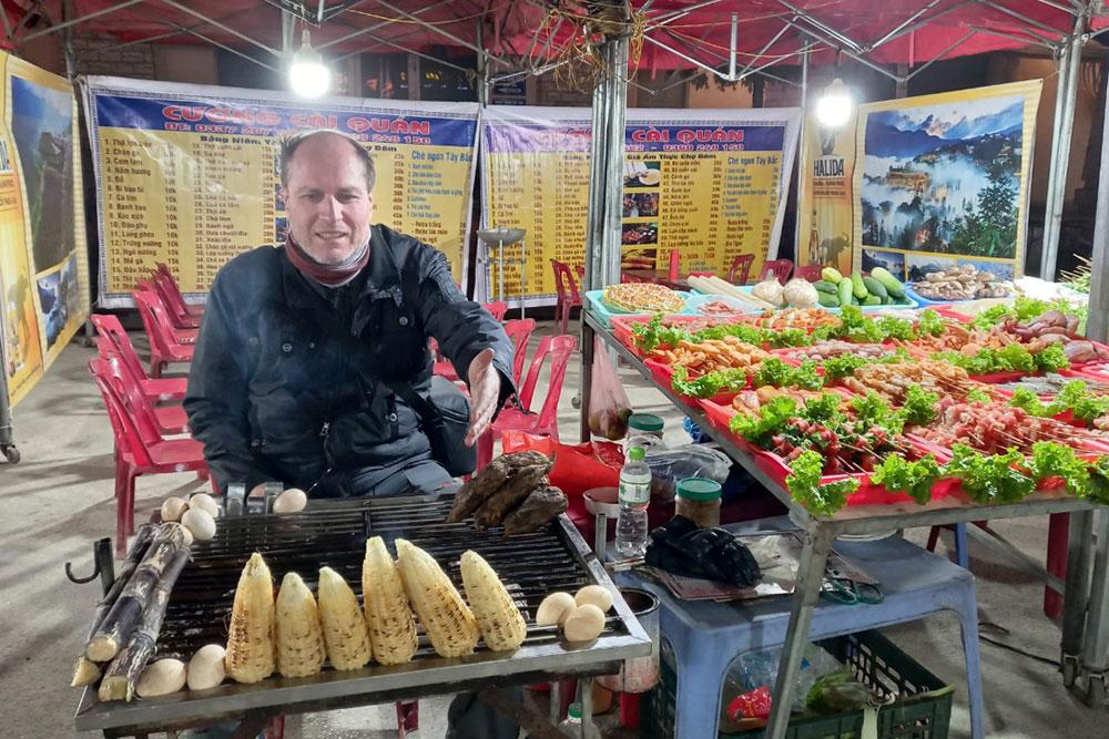 Anh Kiril Grudin tại một quán đồ nướng ở trung tâm Sa Pa. Ảnh: NVCC