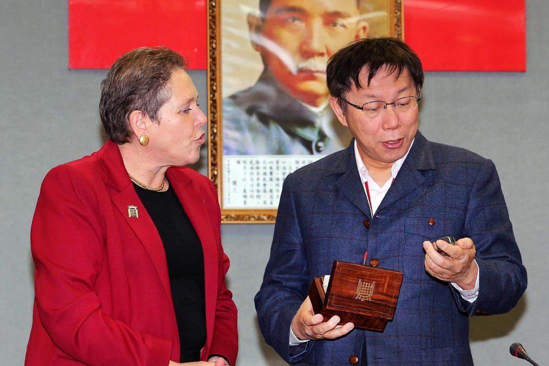 Đồng hồNăm 2015, một sự cố ngoại giao dở khóc dở cười xảy ra với Bộ trưởng Giao thông Vận tải Anh Susan Kramer. Trong chuyến viếng thăm Đài Loan năm ấy, bà Kramer đã tặng một chiếc đồng hồ cho thị trưởng Đài Bắc Kha Văn Triết. Với người Anh, đồng hồ là một món quà giá trị vì không gì quý hơn thời gian. Nhưng với người Đài Loan, đồng hồ lại đại diện cho điềm xui xẻo về cái chết. Bà Kramer sau đó phải lên tiếng xin lỗi vì điều này, còn ông Kha cũng xin lỗi vì buột miệng rằng mình sẽ đem chiếc đồng hồ bỏ túi đi bán phế liệu. Bên cạnh đó, đồng hồ còn tượng trưng cho giới hạn thời gian, nên trở thành món quà kiêng kỵ đặc biệt đối với những người cao tuổi ở Trung Quốc. Do đó, không ai muốn được tặng một chiếc đồng hồ vào năm mới. Ảnh: AFP