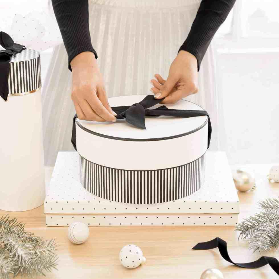 Màu đen và trắngĐen trắng thường xuất hiện trong tang lễ, vì vậy hãy tránh những món quà có màu đen hoặc phần lớn màu trắng, hoặc dùng giấy gói hoặc phong bì có những màu này. Ảnh: The Crisp Little Lookbook