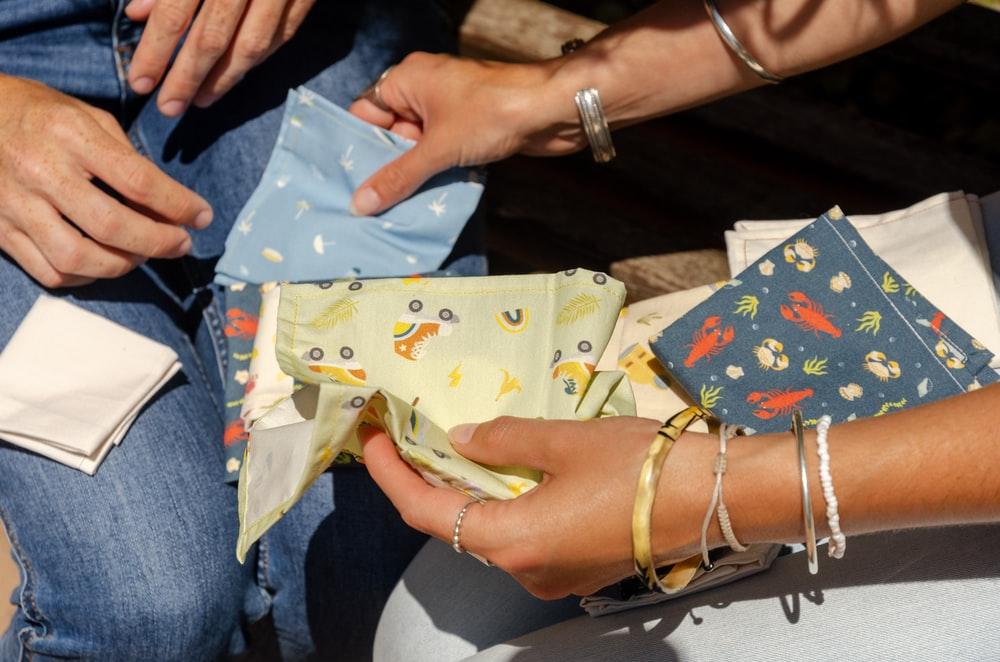 Khăn tayMọi người thường trao nhau khăn tay khi tham dự các đám tang, vì vậy đây là biểu tượng của sự chia cách mãi mãi. Trong năm mới, mọi người đều muốn nhận niềm vui, may mắn thay vì bi thương. Ảnh: ernest et lulu/Unsplash