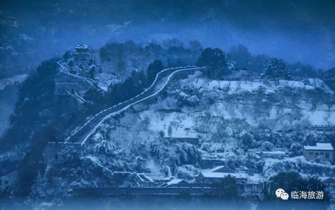 Làn tuyết trắng trong hòa với sắc xanh của thành cổ uốn lượn tạo nên một bức tranh mùa đông rực rỡ, diễm lệ.