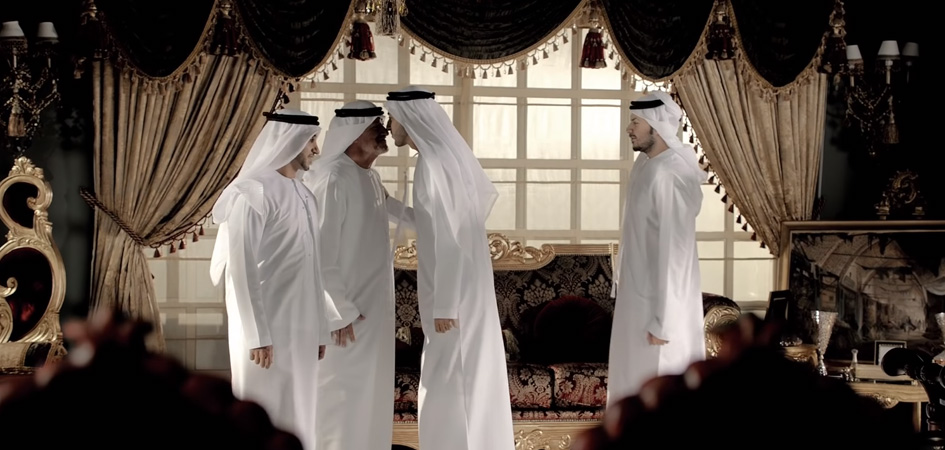 Với du khách nhiều nước, việc người dân UAE chạm mũi vào nhau để thay lời chào là một điều kỳ lạ. Ảnh: Day out Dubai