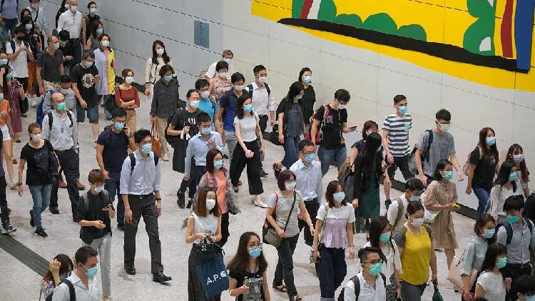 Tại Hong Kong, Trung Quốc trước đại dịch, người dân luôn đeo khẩu trang như một hành động lịch sự thông thường. Nếu bạn hơi mệt, bạn đeo khẩu trang. Nếu bạn cảm thấy mình xấu xí, bạn đeo khẩu trang. Nếu đơn giản là bạn muốn lười biếng một chút, bạn cũng đeo khẩu trang, một người dùng có tài khoản Tiktok là Pandiroo nói. Ảnh: CGTN