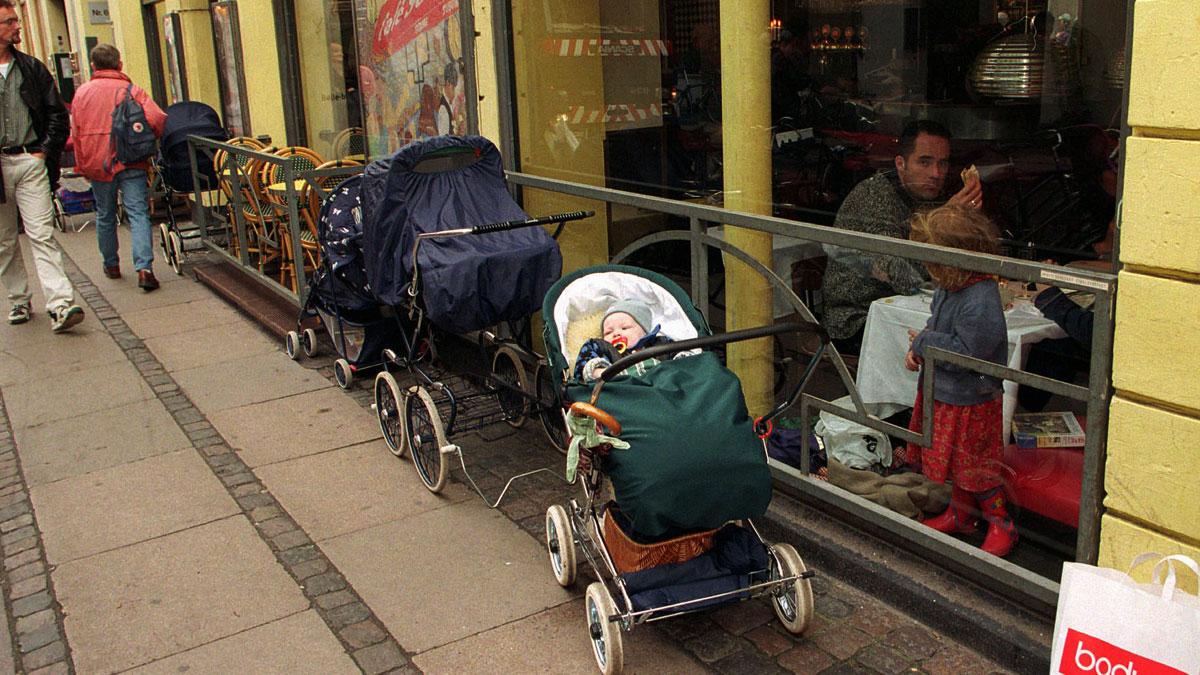 Ingridsalbu, cô gái đến từ Na Uy chia sẻ rằng tại quốc gia mình các bậc cha mẹ để trẻ con nằm ngủ trong nôi ngoài trời lạnh vào buổi trưa, khi họ đang ở trong nhà hàng. Đây là một truyền thống phổ biến ở các nước Bắc Âu, nhưng khiến không ít du khách lần đầu nhìn thấy bất ngờ. Ảnh: NPR