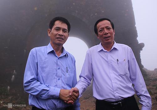 Ông Hùng và ông Dũng bắt tay nhau để cùng bảo vệ Hải Vân quan, ngày 25/4/2017. Ảnh: Nguyễn Đông.