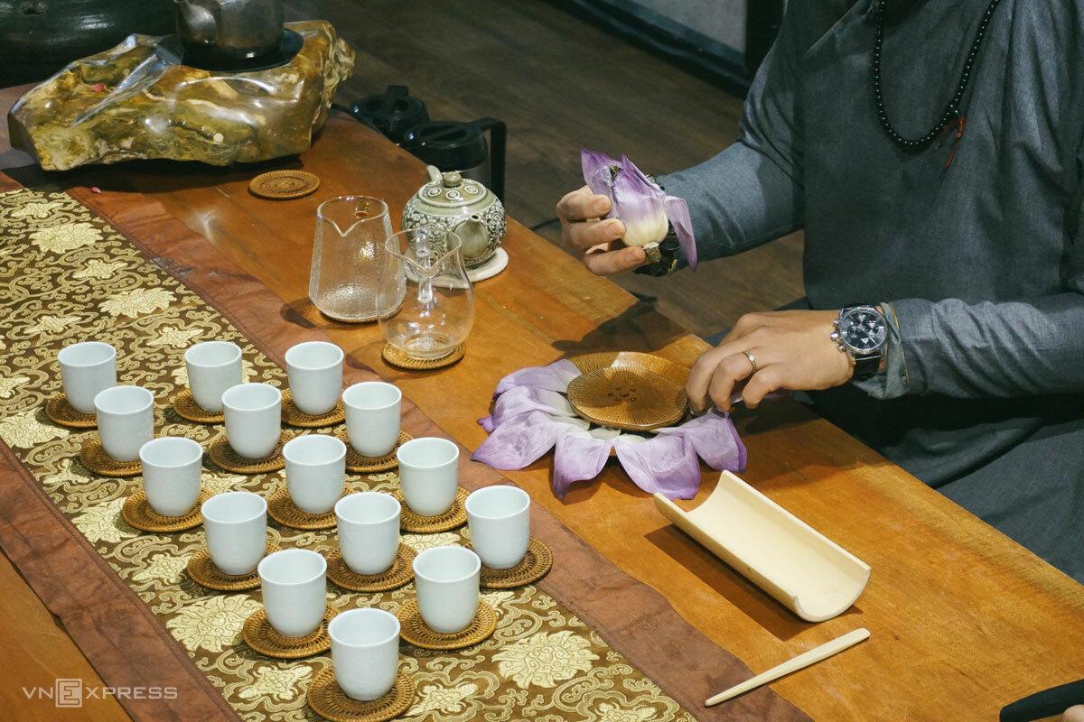 Sen làm trà là sen Bách diệp. Điểm đặc biệt của loài sen này là bông có nhiều lớp, lớp ngoài cánh to, lớp trong cánh nhỏ.