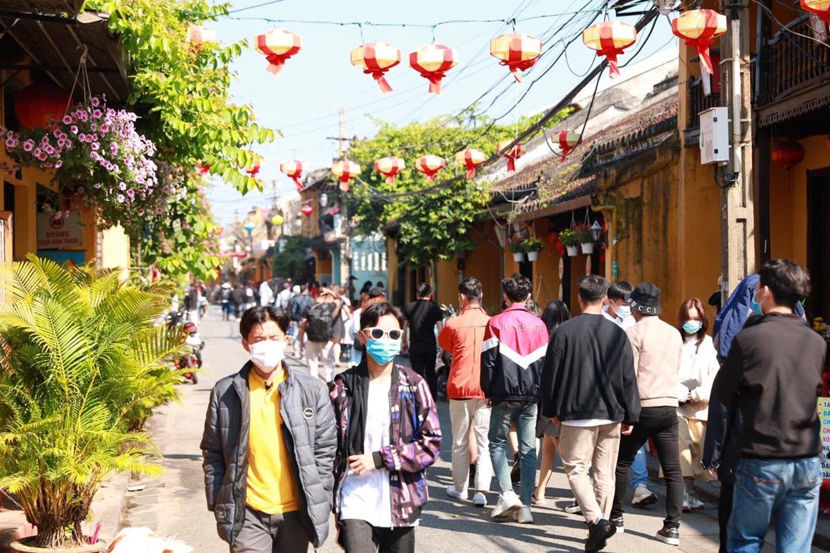 Những ngày Tết, tiết trời Hội An nắng ấm, thu hút khách tham quan. Ảnh chụp ngày 15/2 tại phố cổ. Ảnh: Duy Hậu.