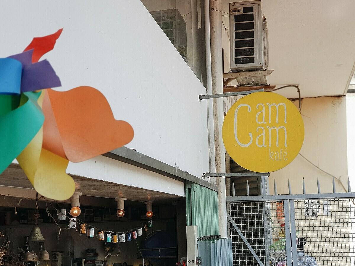 Cam Cam Kafé ra đời vào giữa năm 2018, toạ lạc tại tầng 2 chung cư 806 Nguyễn Trãi, ảnh hưởng tất cả nét cổ xưa của văn hoá Sài Gòn cũ.