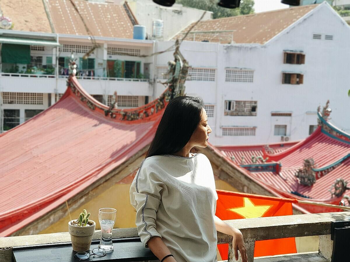 Điểm đặc biệt của quán chính là tầm nhìn hướng ra Hà Chương Hội Quán, một ngôi chùa nổi tiếng lâu đời tại TP HCM.