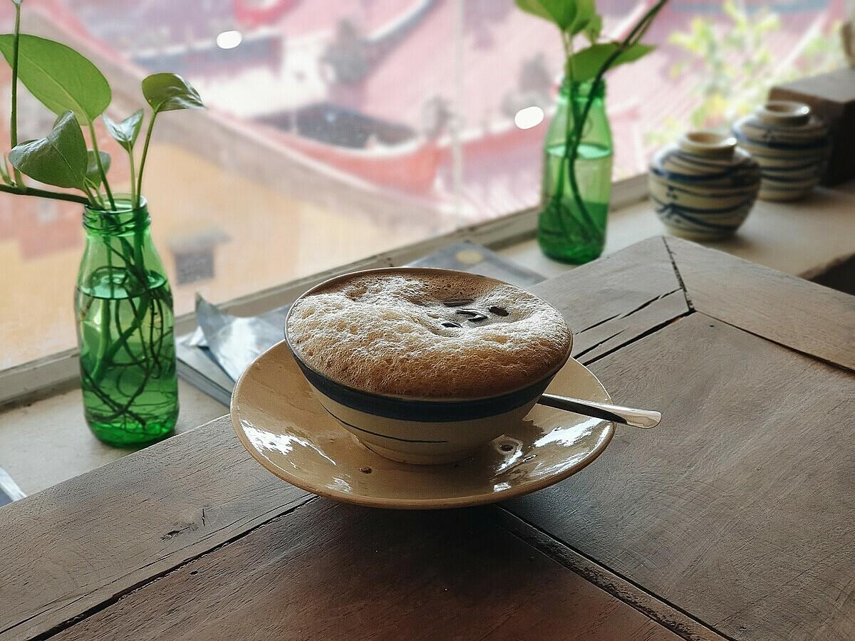 Thức uống tại quán cũng là những món đặc trưng văn hoá Việt Nam. Món cà phê thuốc bắc với vị the nhẹ chính là món nước chủ đạo tại đây. Giá thức uống tại quán giao động từ 30.000 đồng - 70.000 đồng/ món.