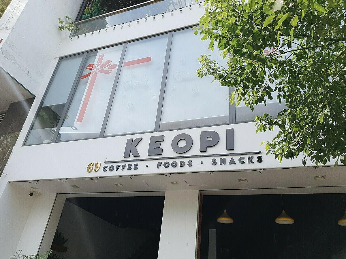 Keopi Coffee & Snacks lại là mô hình quán cà phê khác hẳn với Cam Cam Kafé khi không tập trung quá nhiều vào phong cách. Không gian tại số 69, đường 41, quận 4 đơn giản, hiện đại.