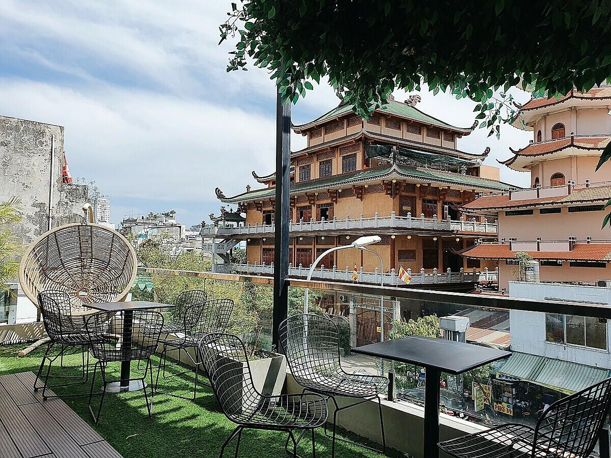 Quán gồm một trệt, một lầu và một sân thượng chỉ mở cửa vào lúc 17h. Tại tầng 1 và sân thượng của quán có thể nhìn thấy toàn bộ cảnh quang chùa Giác Duyên.