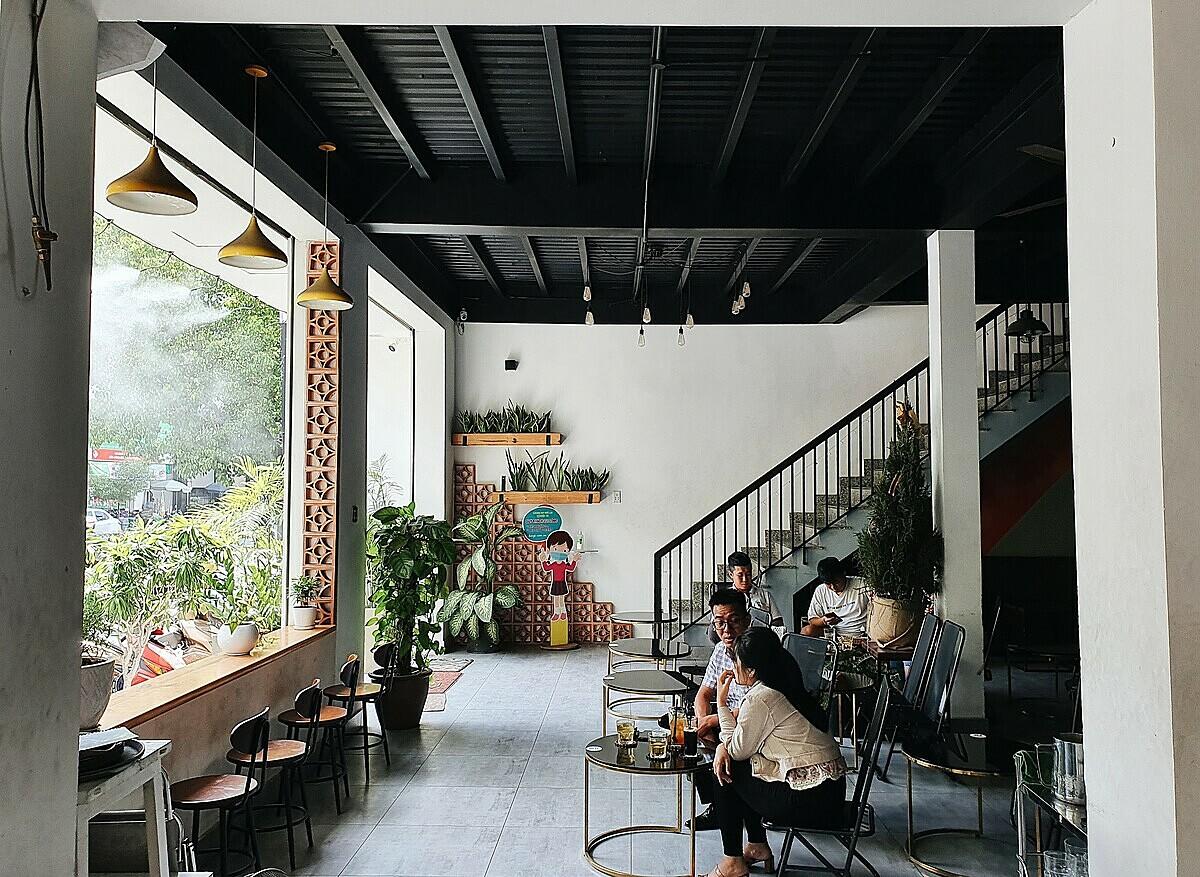 Tầng trệt của quán có không gian mở, thích hợp cho các nhóm khách lớn.