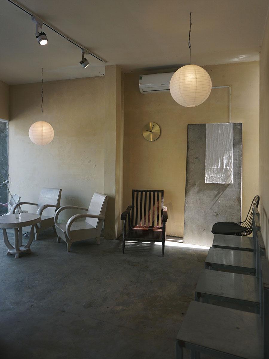 Ngang cafeNằm ẩn mình trong con hẻm nhỏ trên phố tấp nập, Ngang có không gian khá yên tĩnh cho những du khách muốn thư giãn. Nơi đây có khoảng sân rộng tràn ngập ánh nắng và không gian trong nhà cho những ai muốn đọc sách hay ngồi nhâm nhi cà phê. Quán sử dụng bàn ghế gỗ thấp, điểm thêm một vài. Điểm nhấn thu hút nhiều du khách check-in là mảng tường trắng được khoét rỗng. Địa chỉ tại 14/235 Bà Triệu, giá đồ uống từ 15.000 - 30.000 đồng.