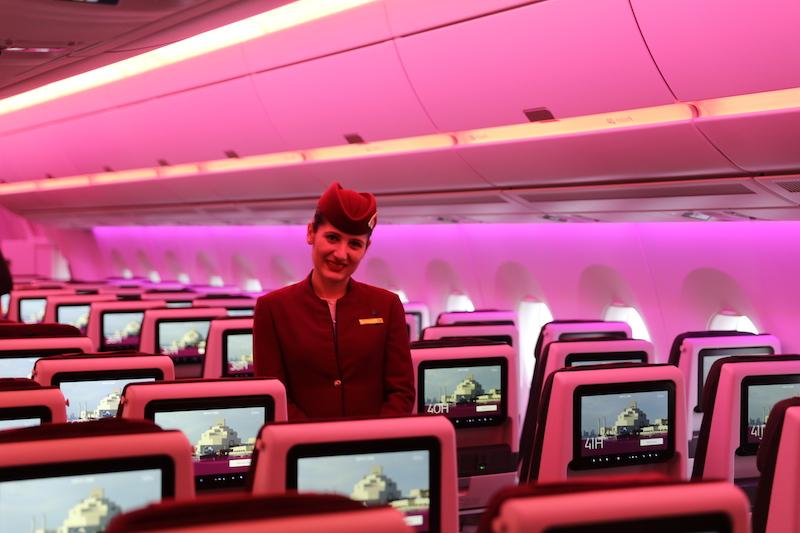 Ánh sáng màu hồng, tím được sử dụng để làm giảm sự hung hăng của hành khách. Ảnh: Aviation Bussiness News