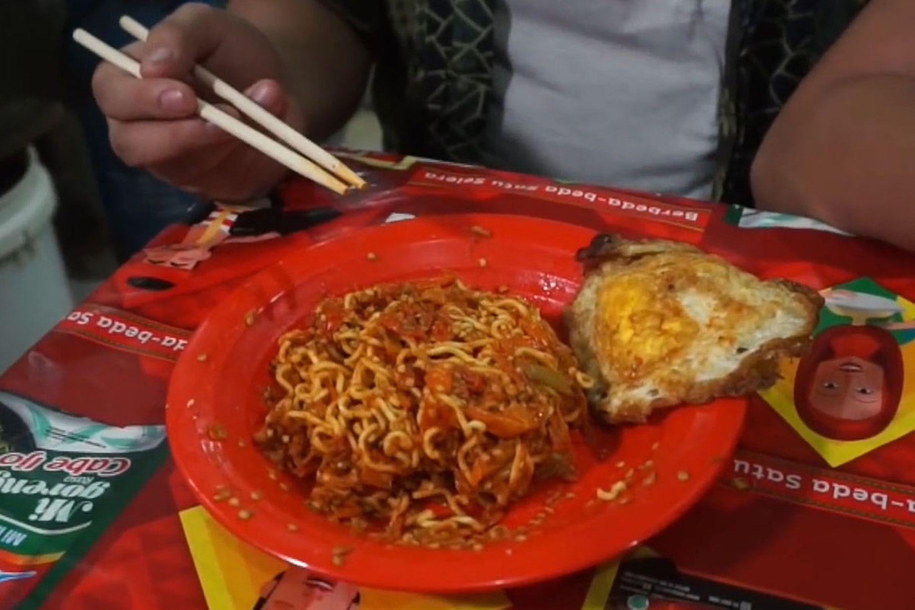 Món ăn bình dân được mệnh danh là mì tử thần. Ảnh: Kokiku TV/YouTube