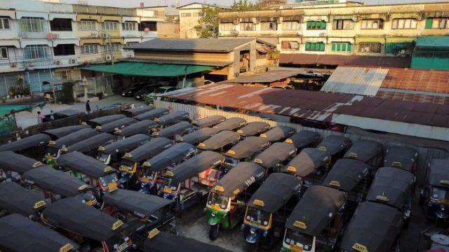 Những chiếc xe tuk tuk được sử dụng để chở khách du lịch quanh thành phố nằm im lìm trong bãi đỗ ở trung tâm thành phố Bangkok, Thái Lan ngày 3/2. Ảnh: Jorge Silva/Reuters
