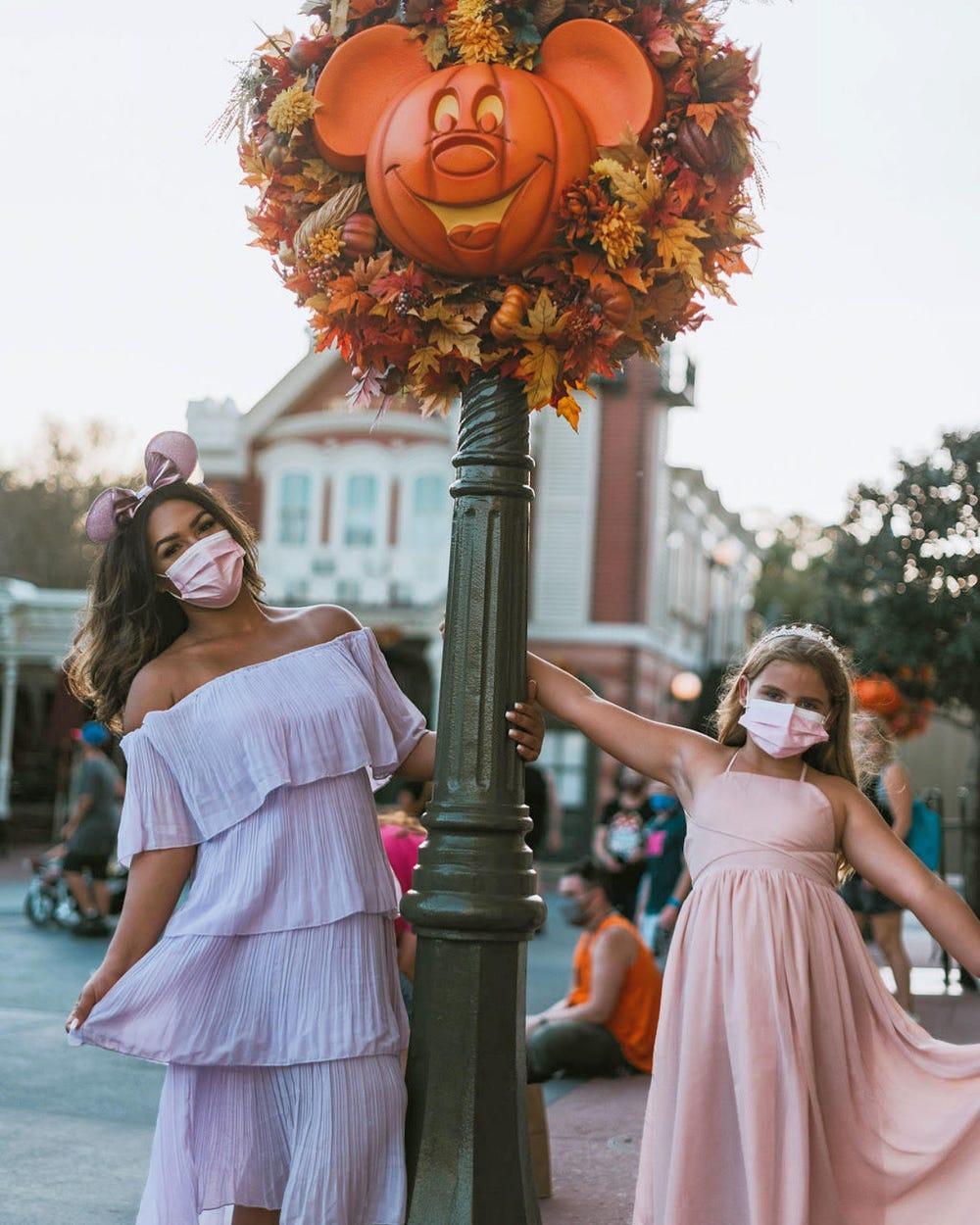Cyan Nardiello chụp ảnh cùng một bé gái 9 tuổi đi chơi trong công viên của Disney. Đây là khách hàng nhí của cô trong đại dịch, và cô luôn nhắc nhở lũ trẻ về tầm quan trọng của việc đeo khẩu trang. Ảnh: Cyan Nardiello