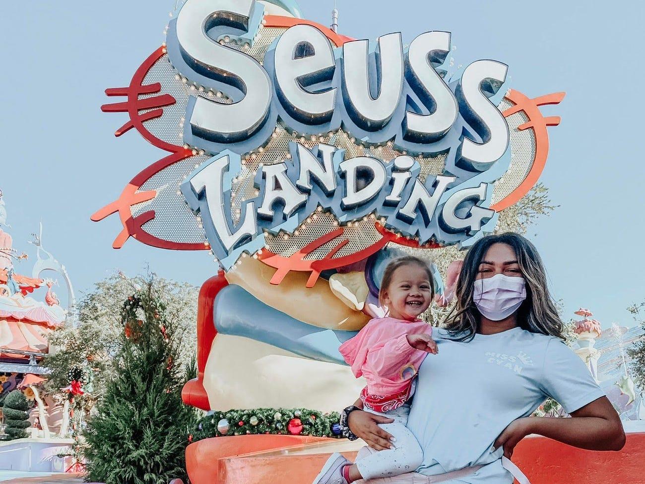 Cyan đang làm bảo mẫu để dẫn trẻ đi chơi tại hai công viên Disney World và Universal Orlando. Ảnh: Cyan Nardiello/Insider
