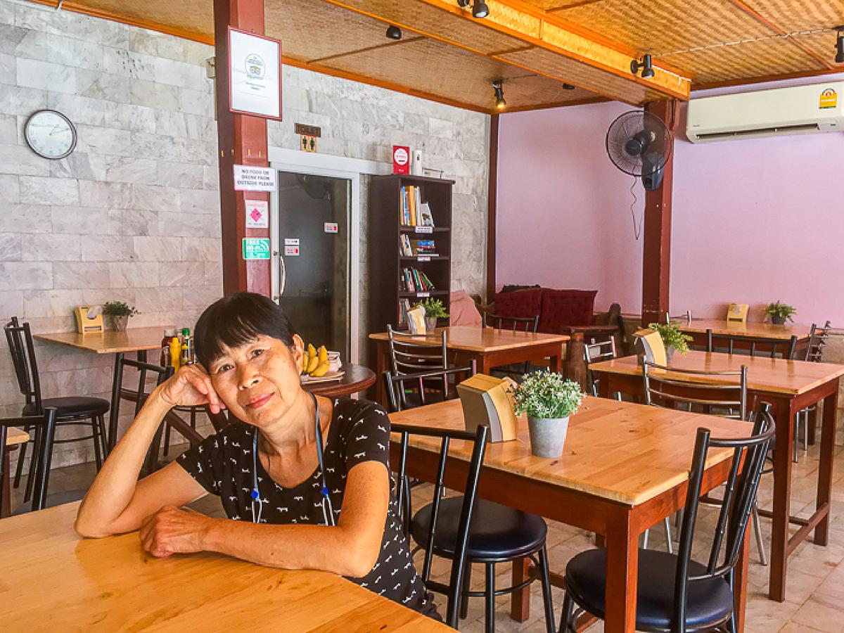Ratana Jaikusol ngồi đợi khách trong nhà hàng vắng vẻ của mình. Ảnh: Ron Emmons/SCMP