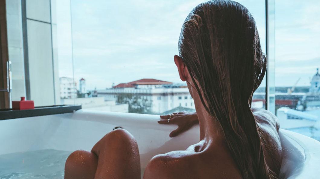Khách sạn cho biết cửa sổ phòng tắm hơi được tráng gương bên ngoài. Do đó, đây là kính một chiều, người ở bên trong phòng tắm có thể nhìn thấy khung cảnh bên ngoài, nhưng người đứng ở ngoài không thể nhìn thấy bên trong. Ảnh: iStock