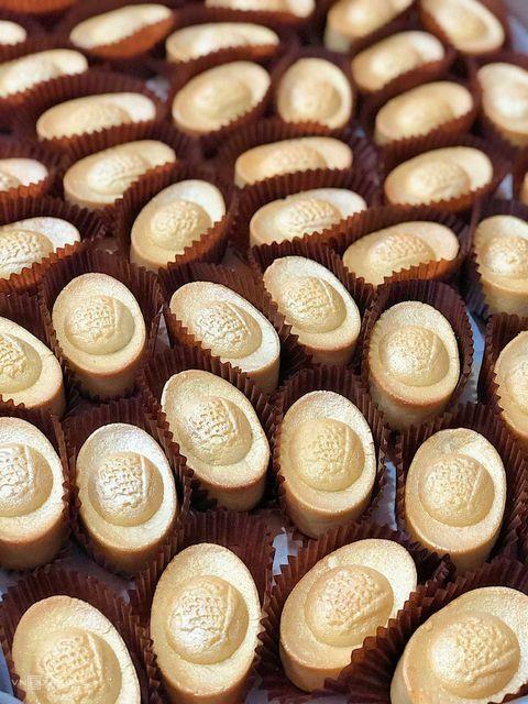 Những chiếc bánh ngọt có hình dáng bắt mắt. Giá một hộp 9 bánh là 330.000 đồng. Ảnh: Sam De Gatêaux.