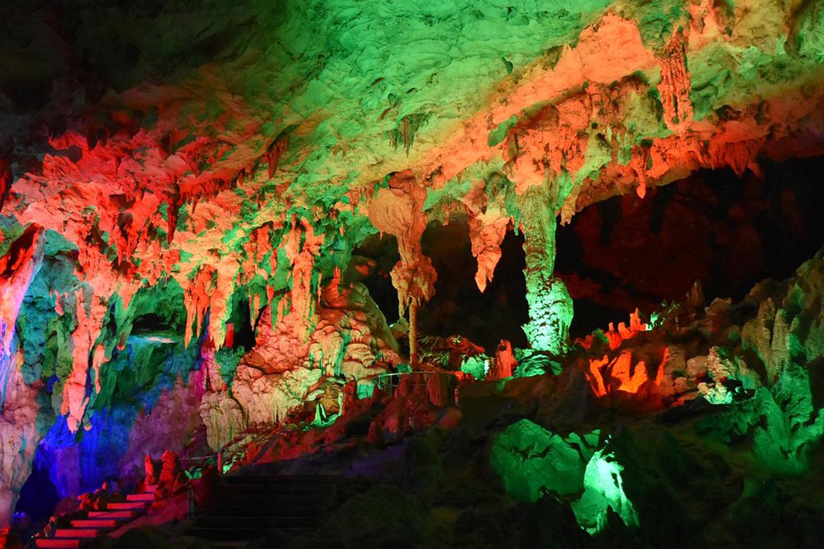 Cách rừng đá khoảng 5 km, hang Qifeng là nơi du khách không nên bỏ lỡ. Qifeng bao gồm động Penfeng, suối Hongxi và một con sông ngầm. Từ tháng 8 đến tháng 11 hàng năm sẽ xuất hiện những cơn lốc nhỏ kéo dài 2-3 phút chạy một lượt hang động 30 phút/ lần, mang đến trải nghiệm thú vị cho du khách. Ảnh: Monika Newbound/Heroes of Adventure