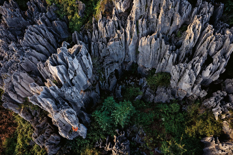Khu rừng đá Thạch Lâm được tạo thành từ các khối thạch nhũ khổng lồ, cao chót vót như một kiệt tác thiên nhiên. Các khối thạch nhũ trải dài trên diện tích khoảng 300 triệu km2, tạo ra mê cung khổng lồ. Ảnh: Carsten Peter/National Geographic