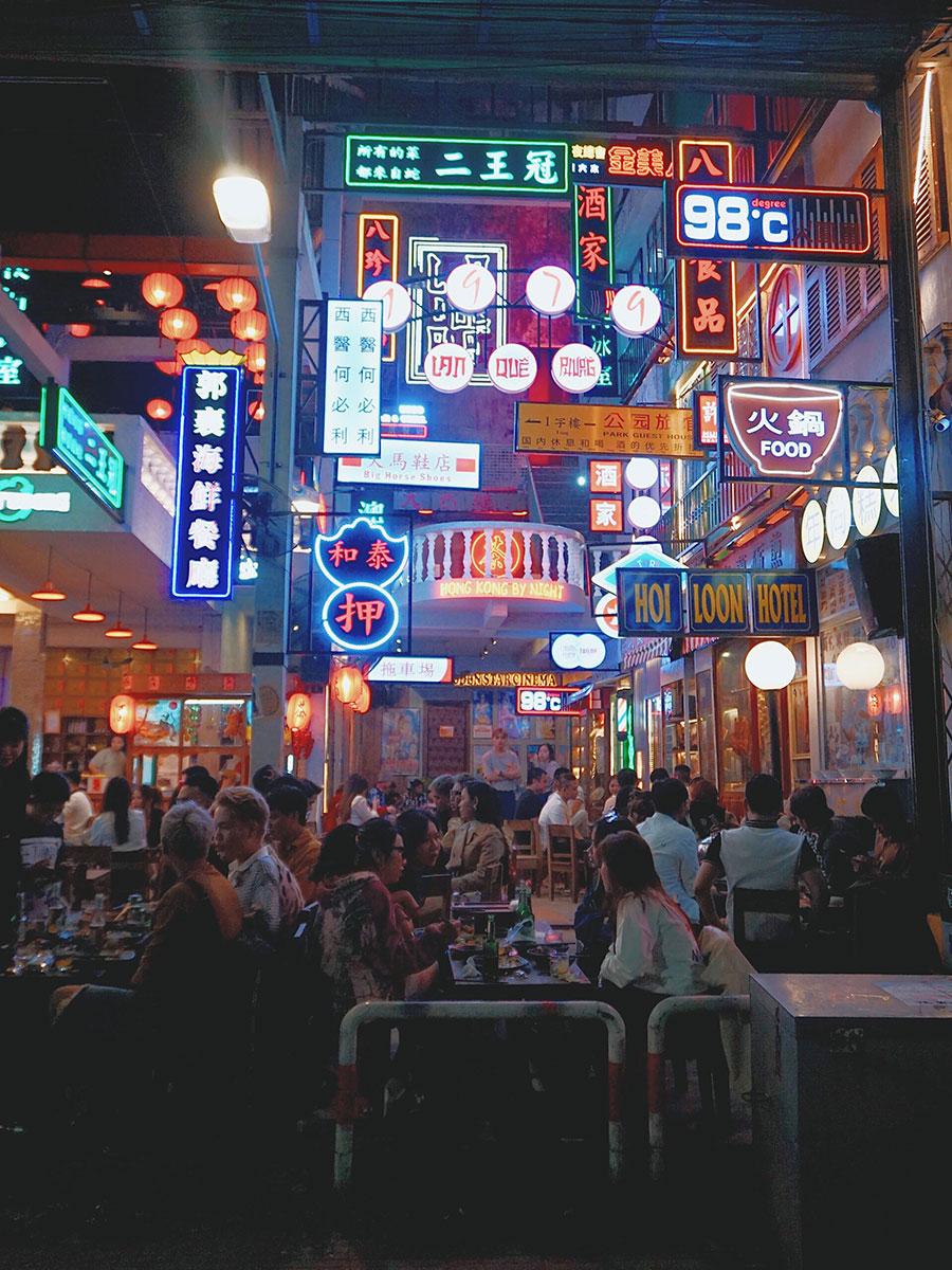 Lan Quế PhườngQuán lấy bối cảnh trang trí theo khu phố Lan Quế Phường sôi động ở Hong Kong. Nơi đây có nhiều góc sống ảo dành cho du khách, mỗi gian trong quán được đặt tên riêng như quầy vải, quầy giày, quầy đồ ăn vặt, tàu hoả, quầy rượu. Các món ăn đặc trưng gồm vịt quay Hong Kong, dimsum, xíu mại, bánh bao kim sa... Quán có 2 tầng và không gian rộng, sức chứa khoảng 500 - 600 khách.Địa chỉ: 19 Nguyễn Thái HọcMức giá: 50.000 - 180.000 đồng