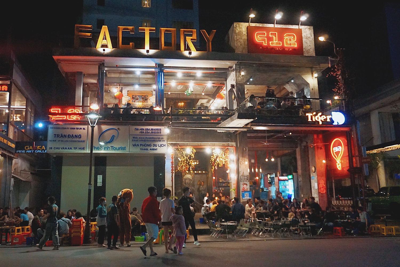 912 Factory Quán trang trí theo phong cách một nhà máy, gồm có 2 tầng. Nằm ở ngã tư nên nếu ngồi ở tầng 2, bạn có thể nhìn bao quát cả khu phố. Thực đơn tại đây có gần 200 món ăn, một số món nổi bật là chân gà rút xương tái chanh, nem gân nướng, tôm xiên Thái, ếch xào sả...Địa chỉ: 38 Chu Văn AnMức giá: 30.000 - 105.000 đồng