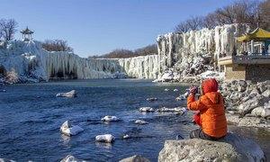 Thác nước rộng hơn 300 m đóng băng