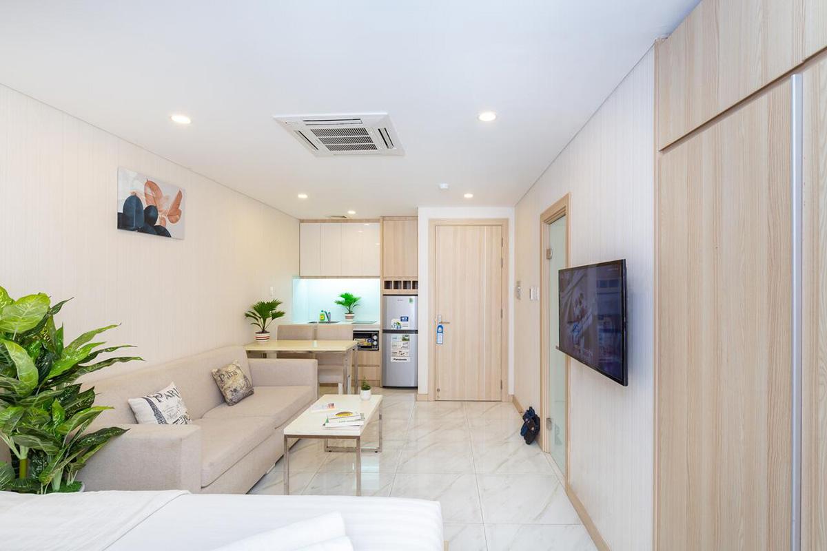 HCT HomeCăn hộ một phòng ngủ rộng 30m2 ở đường Thạch Thị Thanh (phường Tân Định) có thiết kế đơn giản, trang nhã. Khách được sử dụng các tiện nghi như tivi, tủ lạnh, lò vi sóng, bếp điện. Trong phòng có bàn ghế cao, bàn ghế xofa, cây xanh, cửa sổ lớn đón sáng. Giá lưu trú một đêm là 460.000 đồng, thích hợp cho hai khách.