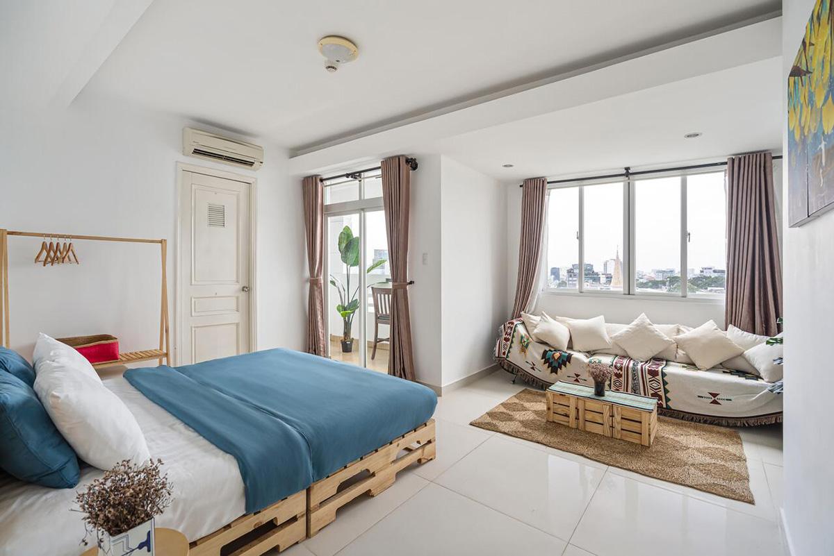 HoLo Alex House SaigonTọa lạc trên tầng cao tòa nhà International Plaza đường Phạm Ngũ Lão, căn hộ ở đây có diện tích 50 - 55m2, với ban công và cửa sổ lớn. Mỗi phòng đều nhiều tiện nghi như bếp nấu, lò vi sóng, tủ lạnh, bàn ăn, ghế sofa, tivi, máy giặt, máy sấy tóc. Căn hộ một phòng ngủ có giá 375.000 - 519.000 đồng/ đêm cho 2 - 3 khách; căn hộ hai phòng ngủ cho 4 khách có giá 735.000 - 800.000 đồng.