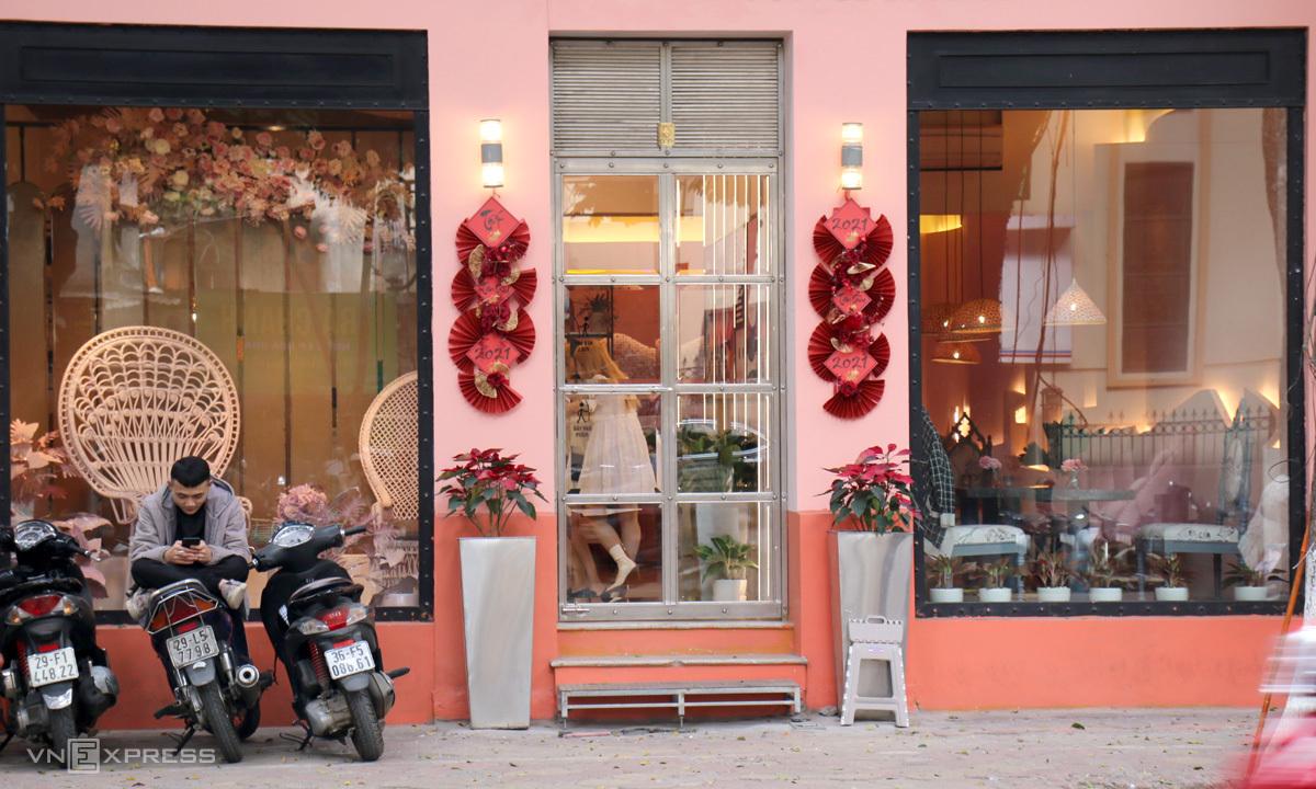The Pink HouseĐúng như tên gọi, The Pink House khiến du khách như lạc vào thế giới cổ tích. Tọa lạc phố Phan Đình Phùng, mỗi tầng đều mang một phong cách trang trí khác nhau, chủ đạo là hồng. Tầng một trang trí kiểu nữ tính, chia làm nhiều góc bàn ghế khác nhau phục vụ nhu cầu khách lẻ, nhóm khách. Tầng 2 mang hơi hướng cổ điển khi phối cùng nội thất xanh cổ vịt, họa tiết mosaic mang phong cách Địa Trung Hải. Tầng thượng là không gian ngoài trời hiện đại, thoáng đãng, trồng nhiều cây xanh. Ảnh: Ngọc Diệp