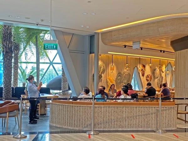 Nhà hàng đón được khách hơn cửa hiệu nhưng không nhiều.Ảnh: Katie Warren/ Insider