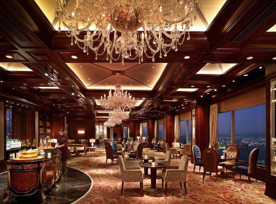 Horizon Club Lounge - căn phòng nơi Bishop gặp Smith tại khách sạn ở Hong Kong. Ảnh: Forbes