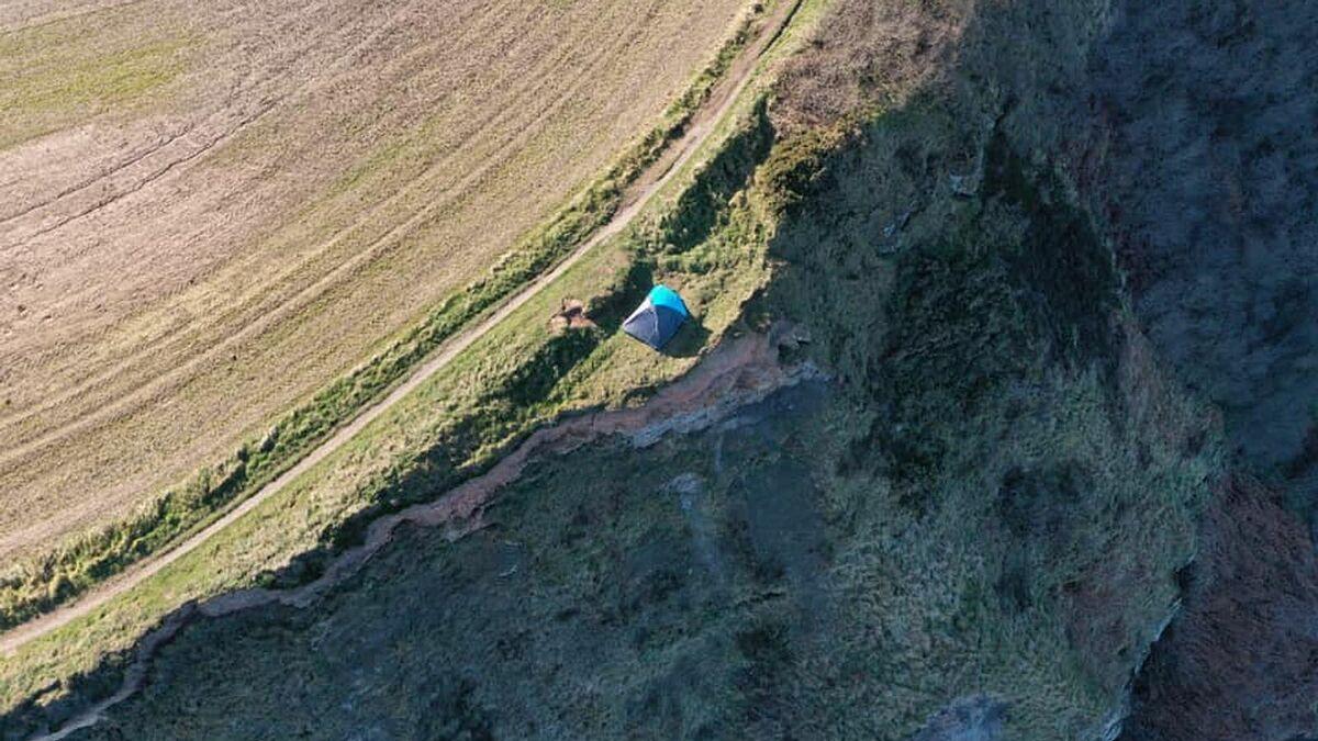Vị trí chiếc lều nơi ba du khách cắm trại, nó chỉ cách mép vực khoảng vài mét. Ảnh: Staithes Coastguard
