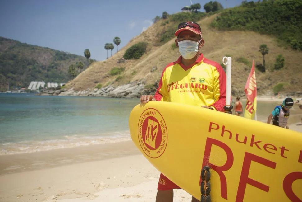 Một nhân viên cứu hộ túc trực trên bãi biển vắng vẻ của Phuket. Ảnh: Vijitra Duangdee