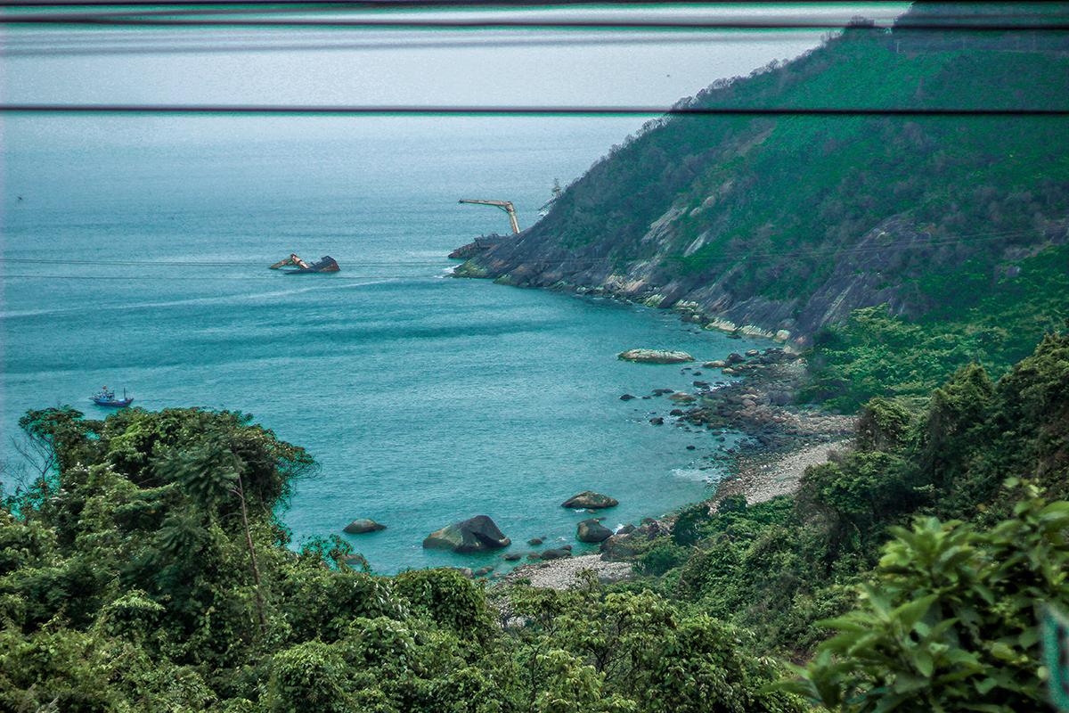 Men theo đường ray xe lửa khoảng 700 m là tới cầu vòm Đồn Cả. Trên đường đi, du khách có thể quan sát toàn cảnh đèo Hải Vân.
