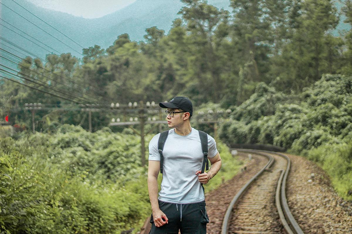 Chàng trai trẻ Lê Phương Tùng, 21 tuổi, đã ghi lại những bức hình đẹp tại đường ray ga Hải Vân Bắc và chân cầu vòm Đồn Cả, thu hút nhiều lượt yêu thích, chia sẻ trên mạng xã hội. Tùng là người gốc Huế, có đam mê chia sẻ hình ảnh về các địa điểm ít người biết tại cố đô.